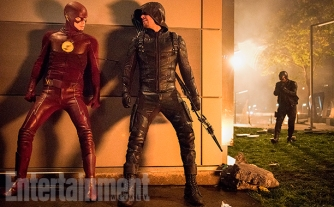 """The Flash Season 3, Episode 8 - """"Invasion"""" (L-R) Grant Gustin as The Flash, Stephen Amell as Green Arrow and David Ramsey as John Diggle"""